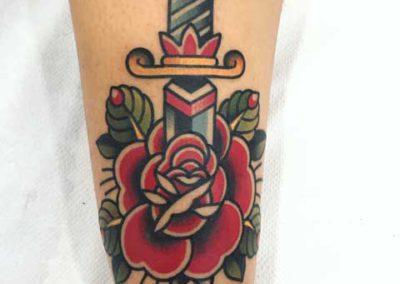 tatuaje-cuchillo-rosa