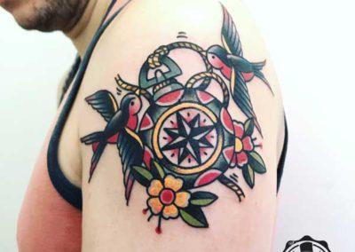 tatuaje-pajaros-rosa-de-los-vientos
