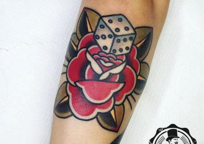 tatuajes old school: rosa y dado