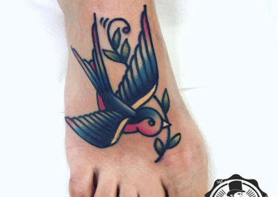 tatuajes pájaros: tatuaje golondrina en el empeine