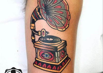 tatuajes brazo hombre gramófono tatuaje tradicional