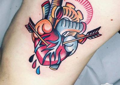 tatuaje corazón con flechas |tatuajes old school