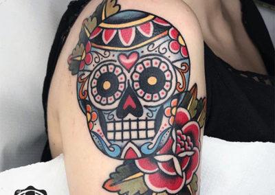 tatuajes old school de una calavera con flores