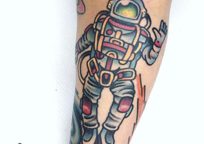 tatuajes en el antebrazo de un astronauta