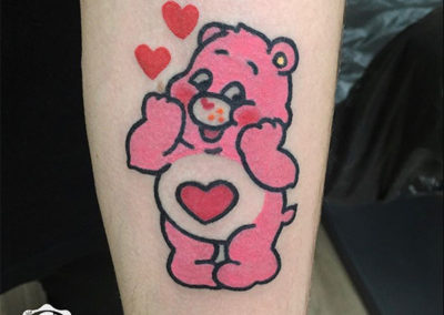 tatuajes mujer de oso rosa