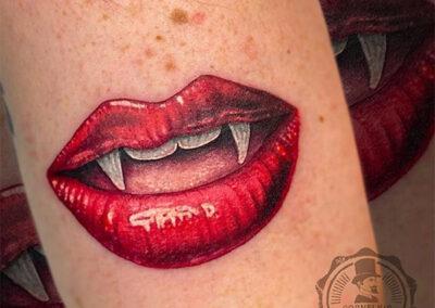 tatuajes hiperrealistas | boca y colmillos