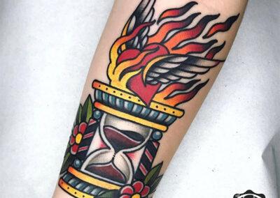 tatuajes old school de reloj de arena