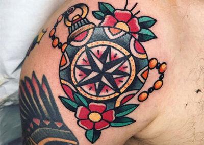 tatuajes old school de una brújula