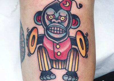 tatuajes old school de un mono con platillos