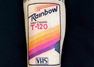 tatujes a color en el antebrazo de un vhs