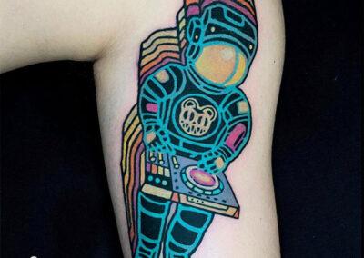 tatuajes a color de un astronauta