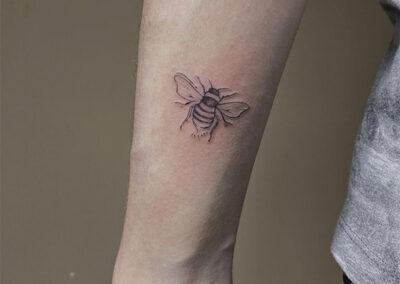 tatuajes finos de una abeja