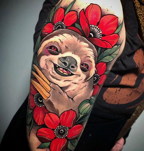 tatuaje neotradicional de un koala en el brazo
