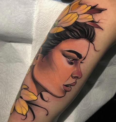 tatuaje neotradicional de una mujer