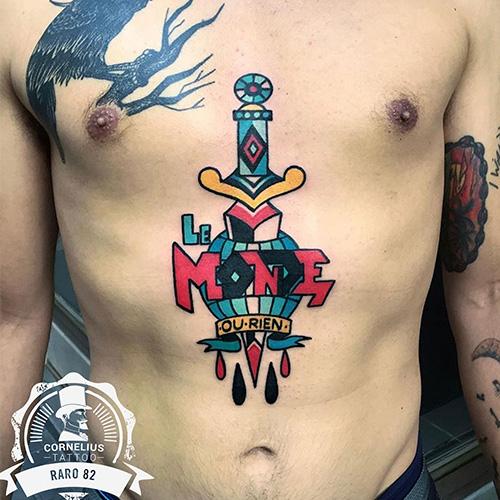 tatuajes bajo el pecho daga