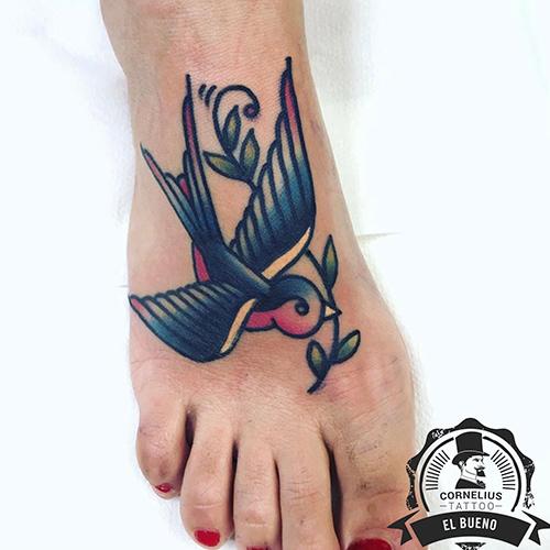 tatuajes en el empeine golondrina