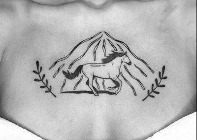 blackwork tattoo de un caballo