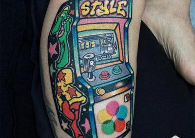 tatuajes full color de una máquina recreativa