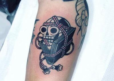 tatuajes old school de una calavera en el brazo