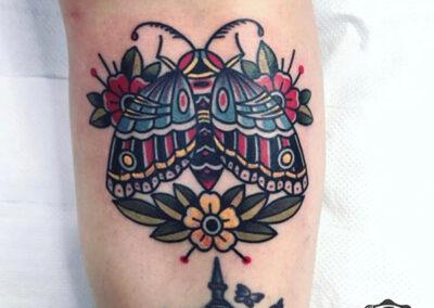 tatuajes old school de una polilla en la pierna