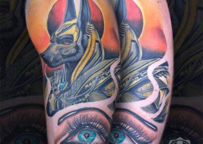 tatuaje egipcio de Anubis en el brazo