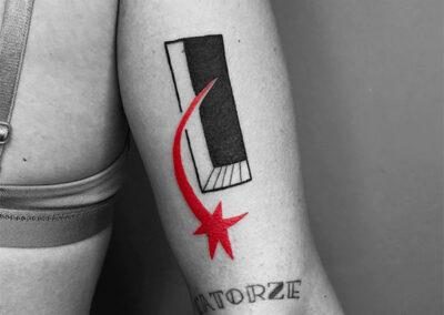 tattoo negro y rojo en el brazo