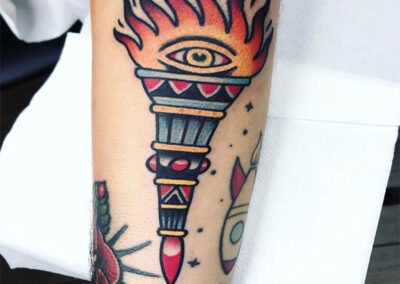 tatuajes old school de una antorcha