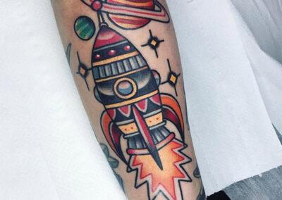 tatuajes old school de un cohete en el brazo