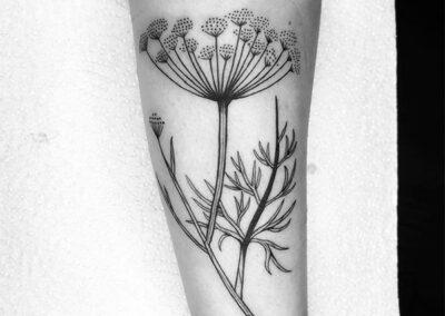 blackwork tattoo de una flor